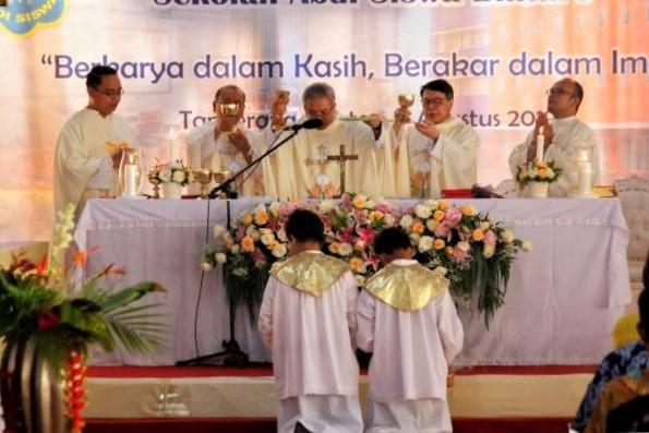 Vikjen KAJ Pimpin Misa Pemberkatan dan Peresmian Gedung Sekolah Absis Bintaro